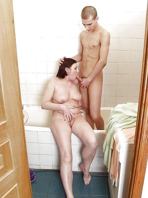 madre chupando hijo ducha