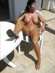 madura caliente tomando el sol