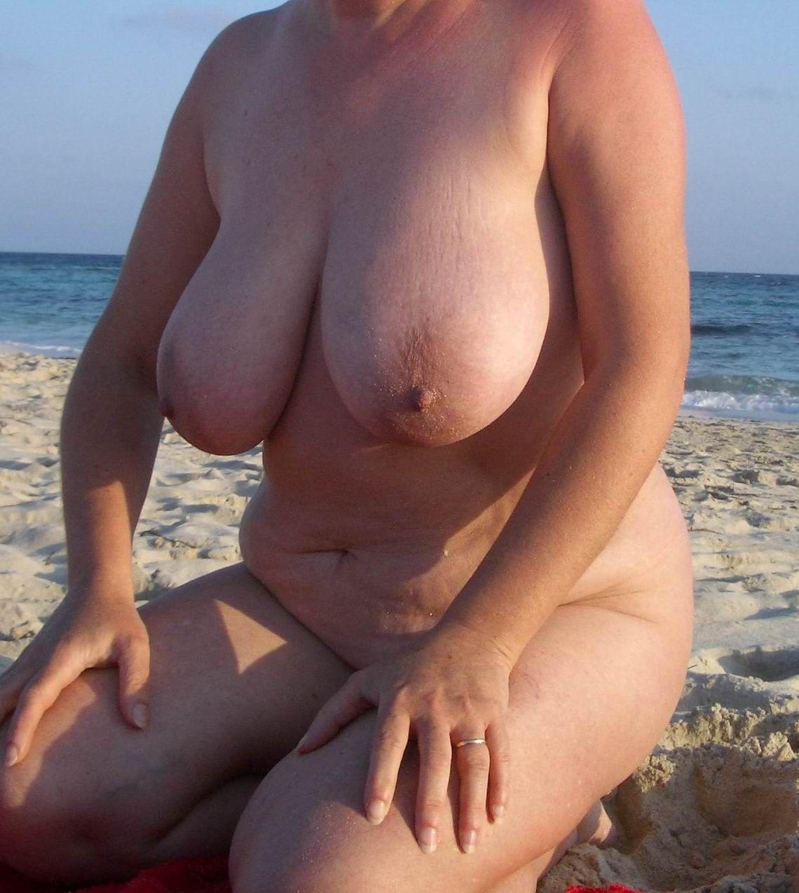 Mujeres Maduras Muy Calientes mi mujer tetona en playa nudista | universo erótico
