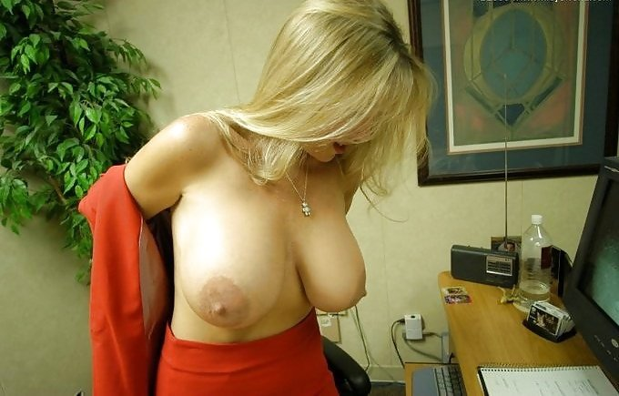 Jefa desnuda en oficina