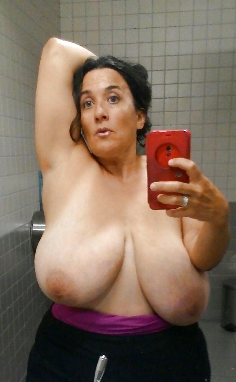 Selfie de maduras tetonas enfrente del espejo