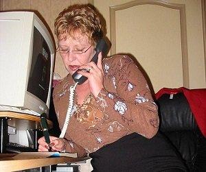Paja por telefono de joven abuela española
